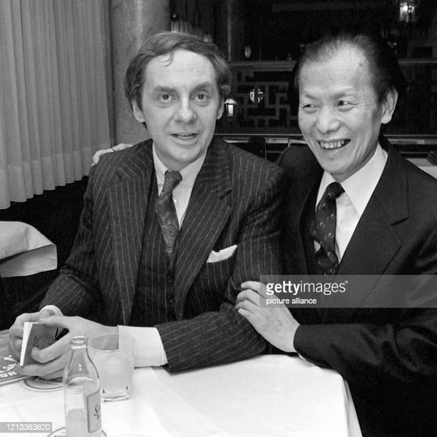 Der deutsche Schauspieler und Entertainer Harald Juhnke mit seinem Schwiegervater Dr. Yunlay Hsiao am 21.1.1980 in dessen China-Restaurant in...