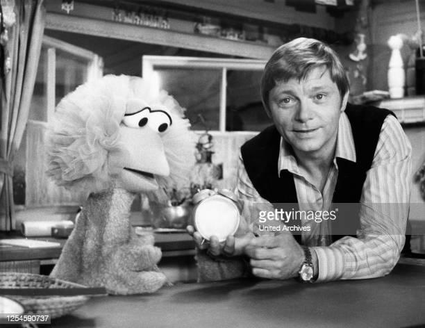 Der deutsche Schauspieler Uwe Friedrichsen unterhält sich mit Tiffy in der deutschen Ausgabe der Sesamstraße, 1979.