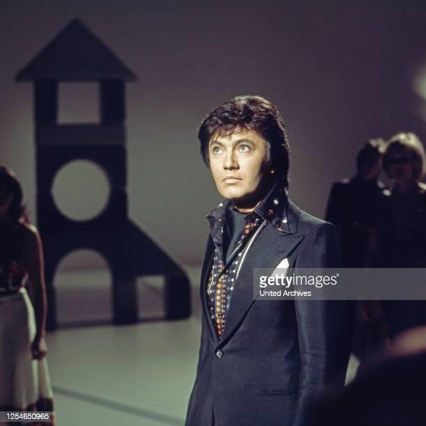 Der deutsche Schlagersänger Rex Gildo in einer Fernsehshow, Deutschland 1970er Jahre.