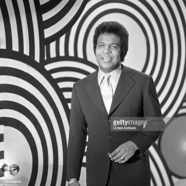 Der deutsche Schlagersänger Roberto Blanco in einer Fernsehshow, Deutschland Ende 1960er Jahre.
