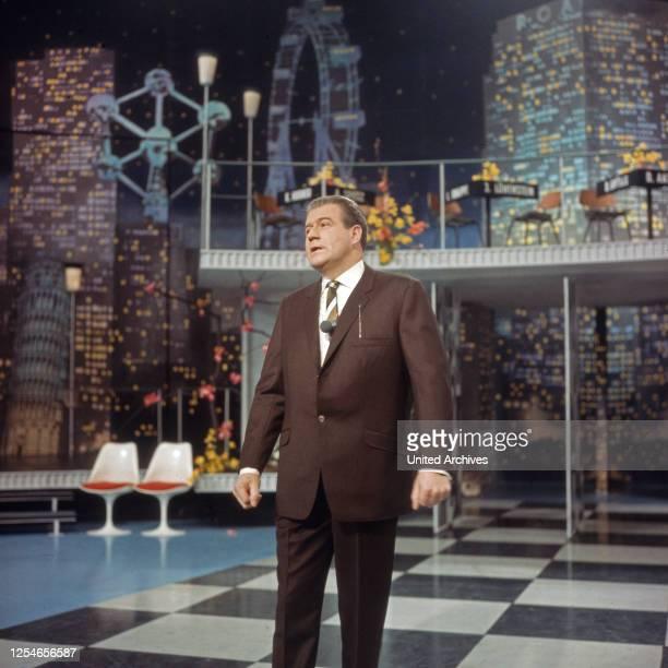 """Der deutsche Showmaster und Entertainer Hans Joachim Kulenkampff in seiner Show """"Einer wird gewinnen"""", Deutschland 1960er Jahre."""