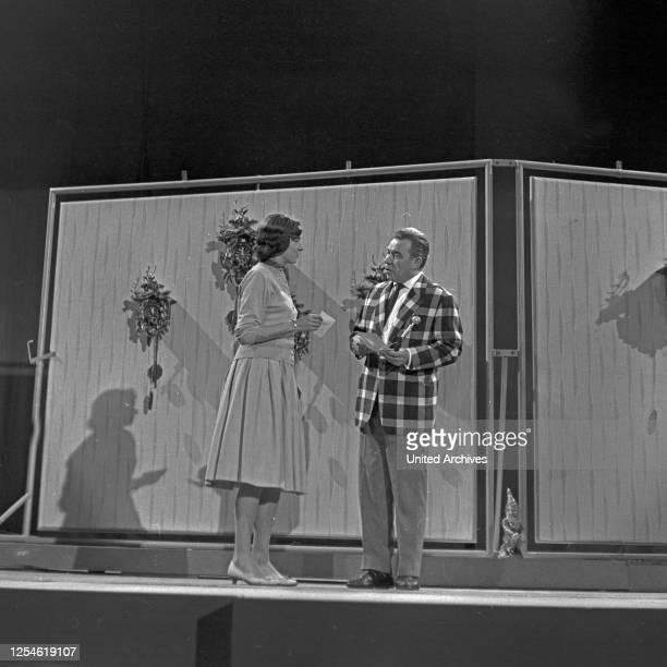 """Der deutsche Showmaster und Entertainer Peter Frankenfeld auf der Bühne, wahrscheinlich die Show """"Guten Abend!"""", Deutschland 1960er Jahre."""