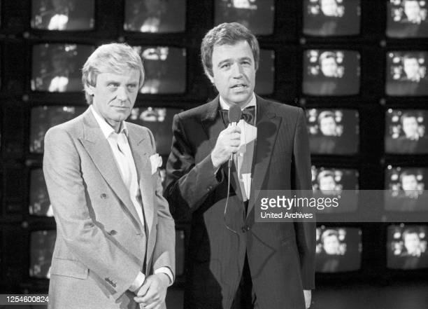 Der deutsche Showmaster und Moderator Rainer Holbe mit Sänger und Schauspieler Horst Frank in der ZDF Musiksendung Starparade am 20 Dezember 1979.