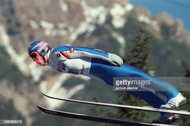 Der deutsche Skispringer Dieter Thoma aus Hinterzarten absolviert während der 38 Vierschanzentournee am beim Auftaktspringen in Oberstdorf einen...