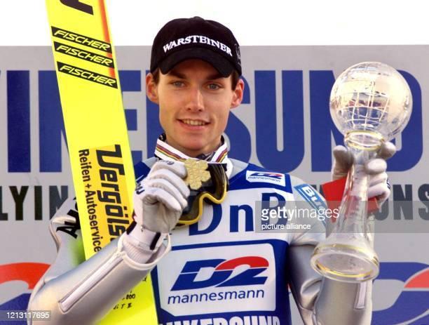 Der deutsche Skispringer Sven Hannawald präsentiert am 1422000 bei der Siegerehrung im Skistadion Hoppsenter in Vikersund seine Goldmedallie und...