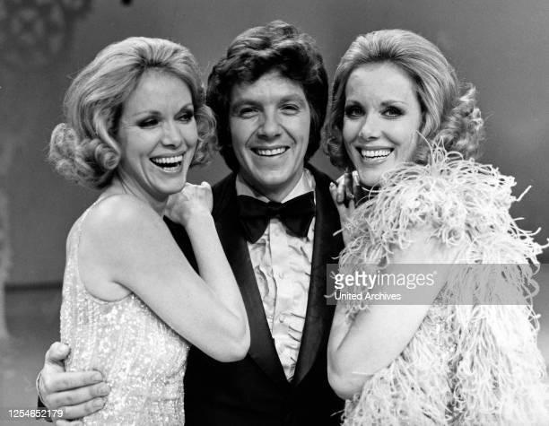 Der deutsche Sänger, Moderator und Schauspieler Michael Schanze mit Alice und Ellen Kessler, Deutschand 1970er Jahre.