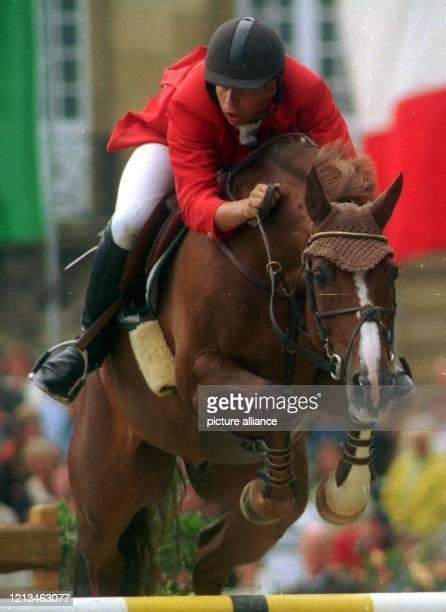 Der deutsche Springreiter Markus Renzel springt mit seinem Wallach Rodeo des Isles über ein Hindernis. Renzel gewinnt am 22.8.1999 die Springprüfung...