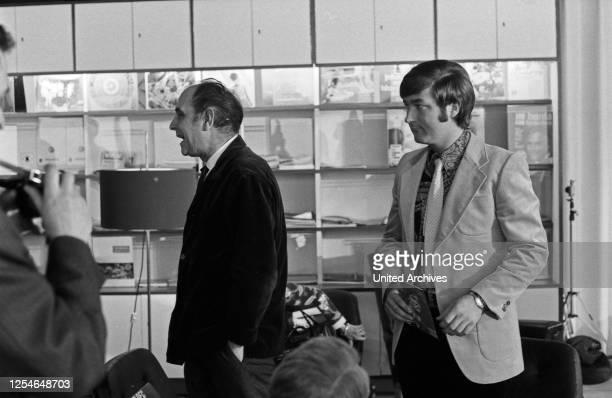 Der deutsche Stimmenimitator und Sänger Kurt Stadel mit Komponist und Textdichter Lotar Olias, Deutschland 1960er Jahre.