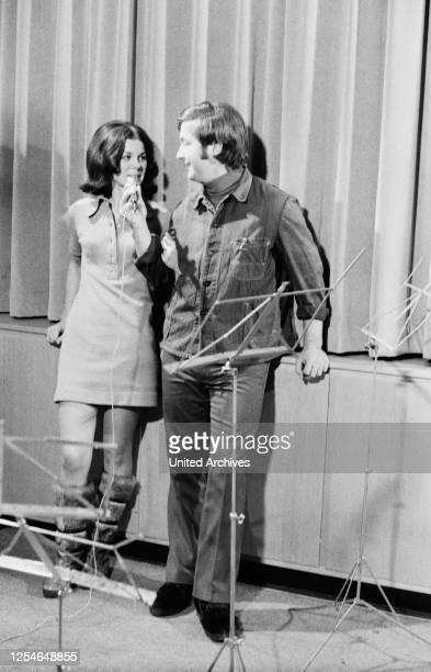 Der deutsche Stimmenimitator und Sänger Kurt Stadel mit seiner Ehefrau Christa Stadel, Deutschland 1960er Jahre.