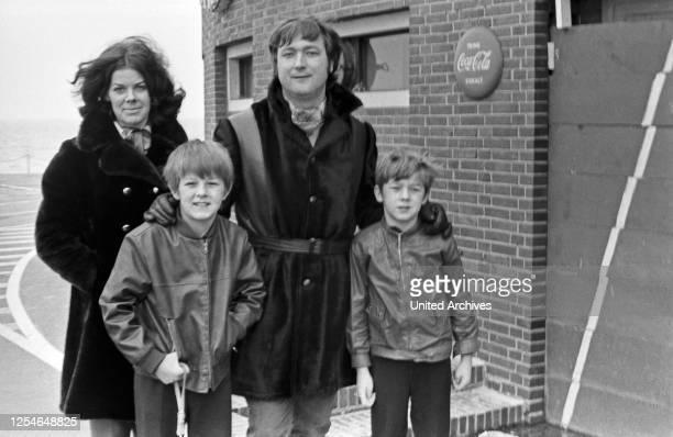 Der deutsche Stimmenimitator und Sänger Kurt Stadel mit seiner Familie, Deutschland 1960er Jahre.