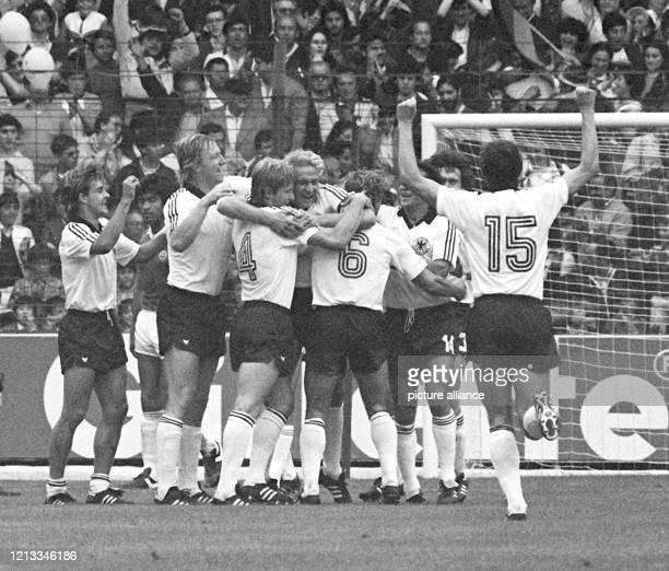 Der deutsche Stürmer Karl-Heinz Rummenigge bejubelt mit seinen Teamgefährten Pierre Littbarski, Horst Hrubesch, Karl-Heinz Förster sowie Wolfgang...