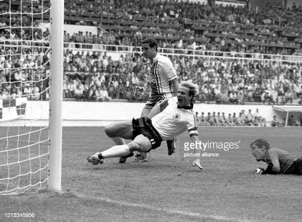 Der deutsche Stürmer Karl-Heinz Rummenigge rutscht in die Eingabe und erzielt den 1:1-Ausgleich gegen Algerien. Torhüter Mehdi Cerbah und...