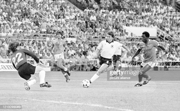 Der deutsche Stürmer Klaus Fischer läuft allein auf den sich werfenden französischen Torhüter Jean-Luc Ettori zu, kann die Torchance aber nicht...
