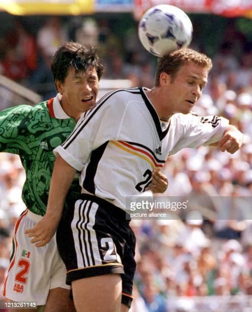 Der deutsche Stürmer Oliver Bierhoff kommt vor dem Mexikaner Claudio Suarez zum Kopfball Die Stürmerstars Jürgen Klinsmann und Oliver Bierhoff die...