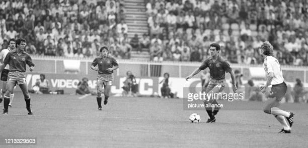 Der deutsche Stürmer Rudi Völler attackiert den ballführenden spanischen Stürmer Julio Alberto , der von seinen Teamgefährten Victor Munoz und Juan...