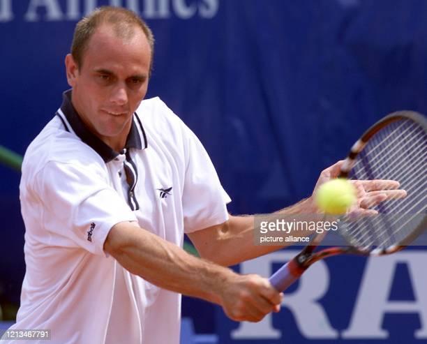 Der deutsche Tennisspieler Jens Knippschild spielt am beim Internationalen WeißenhofTennisturnier in Stuttgart im Spiel gegen Jan Kroslak Der 24...