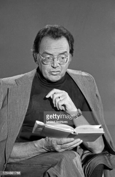 Der deutsche Theaterschauspieler Qill Quadflieg bei einer Lesung, Deutschland 1970er Jahre.