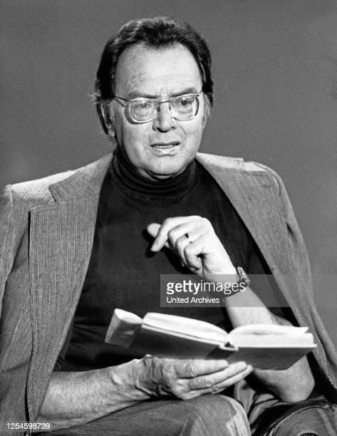 Der deutsche Theaterschauspieler Will Quadflieg bei einer Lesung, Deutschland 1970er Jahre.