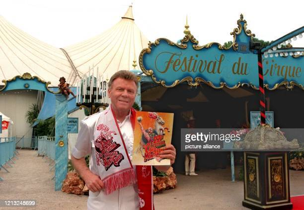 Der deutsche Tierlehrer und Zirkusdirektor Gerd Siemoneit-Barum steht am 3.2.1998 mit dem traditionellen Schal und einem Programmheft vor dem Zelt...