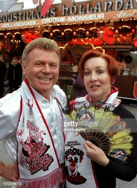 Der deutsche Tierlehrer und Zirkusdirektor Gerd Siemoneit-Barum steht mit seiner Frau Rosalind am 3.2.1998 auf dem Platz, wo das 22. Internationale...