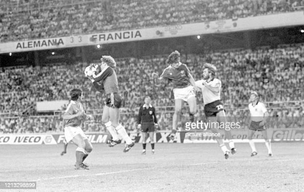 """Der deutsche Torhüter Harald """"Toni"""" Schumacher fängt beim Stand von 3:3 einen Flankenball vor den französischen Gegenspielern Alain Giresse und..."""