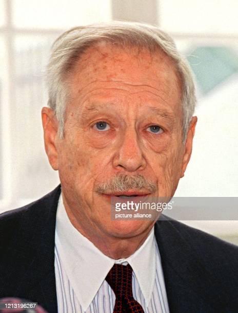 Der Direktor des Jüdischen Museums Berlin der frühere USFinanzminister Werner Michael Blumenthal informiert am 1462000 auf einer Pressekonferenz in...