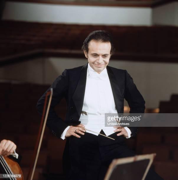 """Der Dirigent Loorin Maazel in """"Das Sonntagskonzert"""", ZDF, Deutschland 1972. Conductor Lorin Maazel on """" Das Sonntagskonzert"""", ZDF, Germany 1972."""