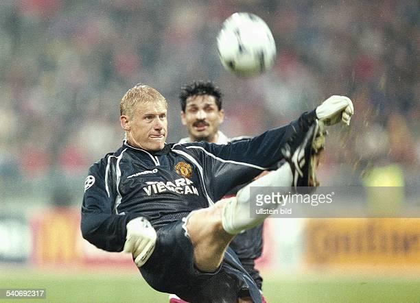 Der dänische Fußballtorwart Peter Schmeichel von Manchester United kommt während der ChampionsLeagueBegegnung gegen Bayern München am vor dem...