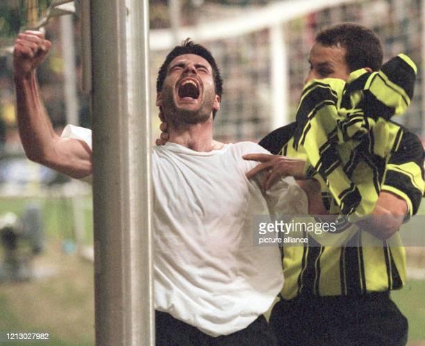Der Dortmunder Stürmer Rene Tretschok zieht sein Trikot aus und bejubelt lautstark seinen Torerfolg und StürmerKollege Heiko Herrlich gratuliert ihm...