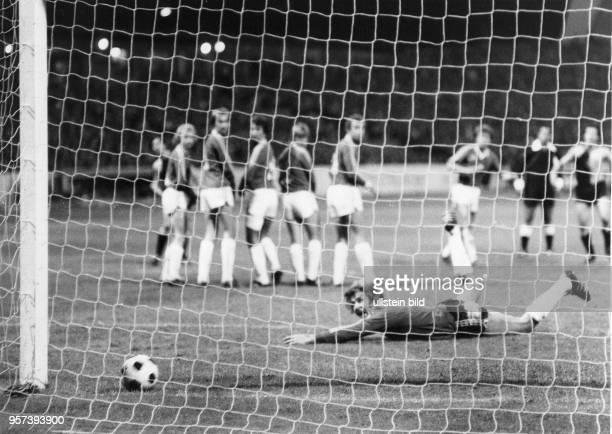 Der Dresdner Stürmer Gert Heidler erzielt per Freistoß die 10Führung gegen die Elf von Halmstad BK deren Torhüter Lennart Ljung keine Abwehrchance...