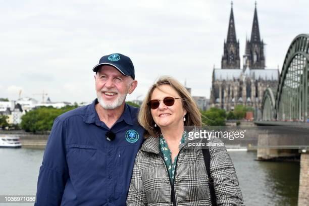 Der Dschungel Doc Dr Bob und seine Ehefrau Annette Miles besuchen am Köln und bringen ein Liebesschloss auf der Kölner Hohenzollernbrücke an Dr Bob...