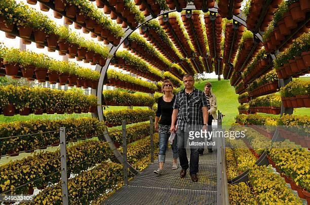Der Dufttunnel in der Autostadt des Volkswagenwerkes Wolfsburg ist ein Kunstwerk des dänischen Künstlers Olafur Eliasson. Die Balkenbrücke ist 15...