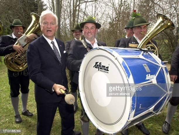 Der ehemalige Bundespräsident Richard von Weizsäcker steht am 1542000 seinem 80 Geburtstag in seinem oberbayerischen Wohnort Wackersberg gut gelaunt...