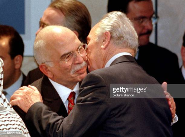"""Der ehemalige israelische Ministerpräsident Schimon Peres küßt den jordanischen König Hussein nach der Verleihung des """"Deutschen Medienpreises 1997""""..."""