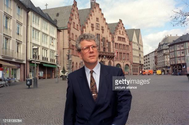 Der ehemalige Oberbürgermeister von Frankfurt am Main Volker Hauff am 20.3.1991 vor dem Frankfurter Römer. Der studierte Volkswirt unternahm seine...