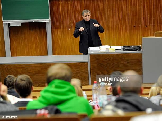 Der ehemalige saarländische Ministerpräsident Peter Müller hält in der Universität des Saarlandes in Saarbrücken seine erste Vorlesung vor...