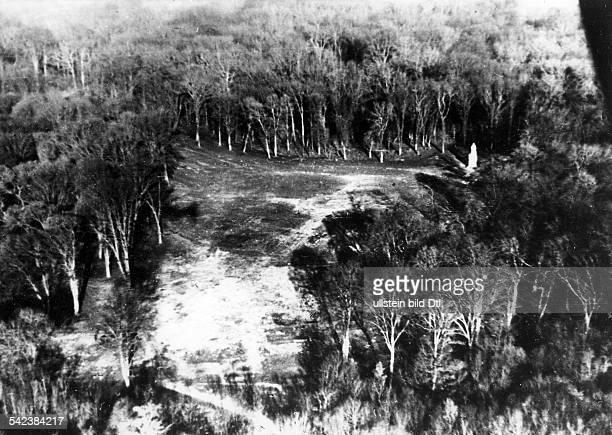 Der ehemalige Standort der französischenDenkmäler im Wald von Compiegne nach derSprengung Rechts oben das Denkmal desMarschalls Foch 1941