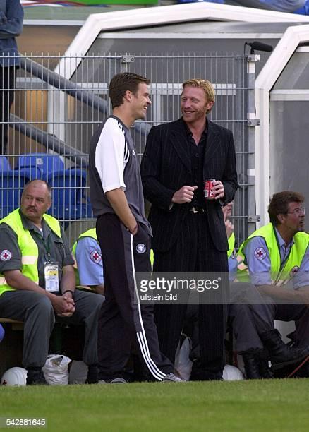 Der ehemalige Tennisprofi Boris Becker zusammen mit dem Fußballspieler Oliver Bierhoff am Spielfeldrand vor dem Spiel der deutschen Mannschaft bei...