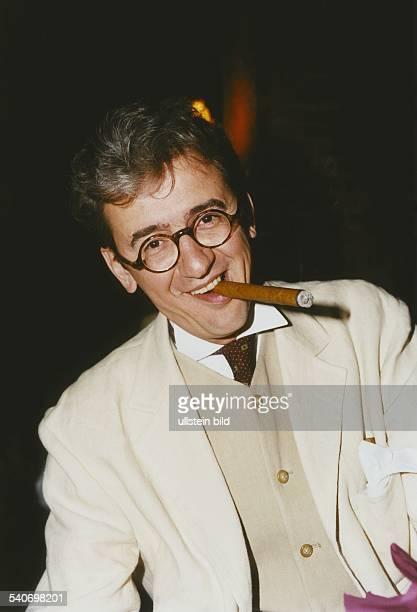 Der ehemalige TVModerator und heutige Moderator von PromiVeranstaltungen Andreas 'Leo' Lukoschik mit einer Zigarre im Mund Aufgenommen um 1995