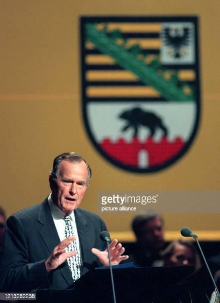 Der ehemalige US-Präsident Georg Bush spricht am 3.10.1997 auf dem Festakt zum Tag der Deutschen Einheit im Stuttgarter Staatstheater, im Hintergrund...