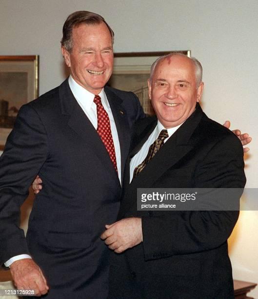 Der ehemalige US-Präsident George Bush und der letzte Regierungschef der UdSSR, Michail Gorbatschow , umarmen sich am 9.11.1999 bei der Begrüßung im...