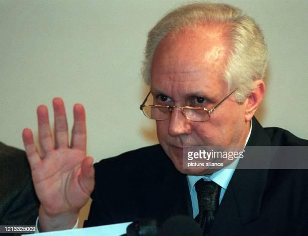 Der Eigentümer von Birgenair, Cetin Birgen, wehrt am 8.2.96 auf einer Pressekonferenz in Frankfurt/M Zwischenfragen der Journalisten ab. Am Vortag...
