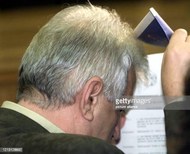 Der einer versuchten Entführung der Familie von Fußballstar Matthias Sammer beschuldigte Horst Artur Pfeifer verbirgt am 8.9.2000 im Landgericht...