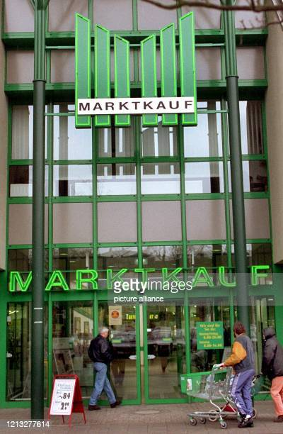 Der Eingansbereich der Filiale der MarktkaufKaufhauskette in der niedersächsischen Kleinstadt Peine Die MarktkaufFiliale wird von Unbekannten erpreßt...