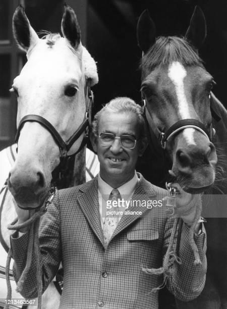 Der erfolgreichste deutsche Olympiasieger Dr. Reiner Klimke, aufgenommen am 21.6.1985 beim Hamburger Dressur-Derby in Kleinflottbek mit seinen...