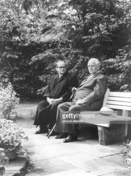 Der erkrankte DDR-Präsident Wilhelm Pieck lässt sich am 7  Juni 1957