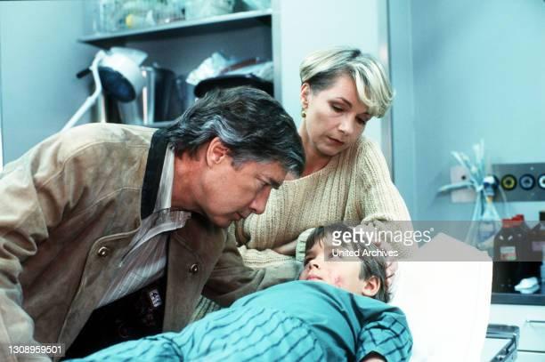 Der erste Schultag von Florian steht bevor. Doch am Abend vorher liegt Florian weinend mit einem schweren Hautausschlag im Bett. Er wird sofort ins...