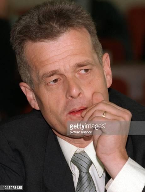 """Der Euskirchener """"Diätarzt"""" Reinhard Jansen sitzt am 8.9.1997 vor Beginn des sogenannten Schlankheitspillen-Prozesses im Kölner Landgericht. Der Arzt..."""