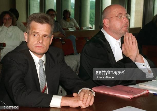 """Der Euskirchener """"Diätarzt"""" Reinhard Jansen und sein Verteidiger Reinhard Birkenstock sitzen am 8.9.1997 vor Beginn des sogenannten..."""