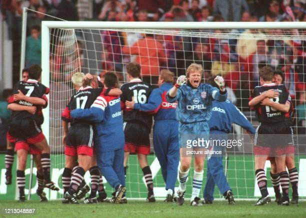 Die Spieler umarmen sich und tanzen über den Rasen des Berliner Olympiastadions Die Bayern gewinnen am 1651998 das 55 DFBPokalfinale gegen den...